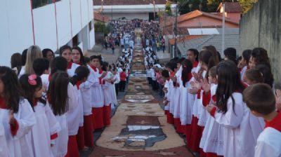 Católicos celebram Corpus Christi com procissão e tapetes coloridos